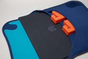 iPadとBUILT Envelope BagとMoviePeg for Tablet